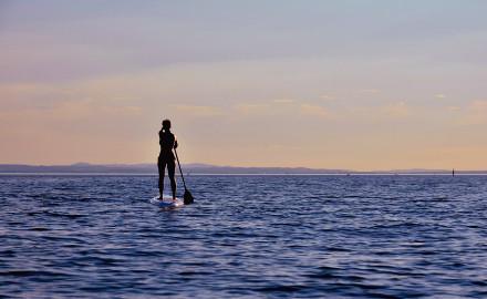Paddle sur la mer calme de Barcelone