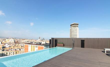 La piscine sur le toit de l'hôtel Andante