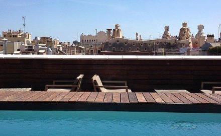 Terrasse de l'hôtel Omm avec vue sur La Perdrera